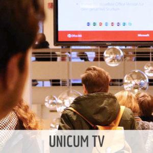 Studierender beim Betrachten eines UNICUM TV Screens