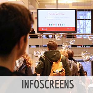 Studierende vor einem Infoscreen