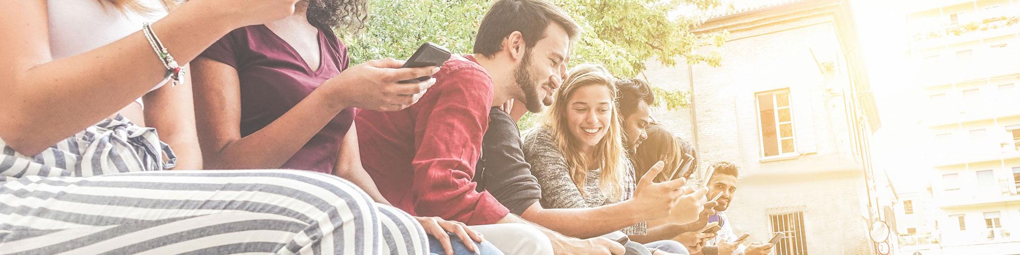 Jugendliche der Generation Y mit Smartphones in den Händen