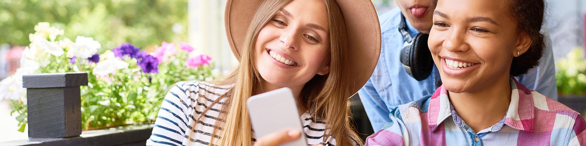 Teenager nehmen ein Selfie auf